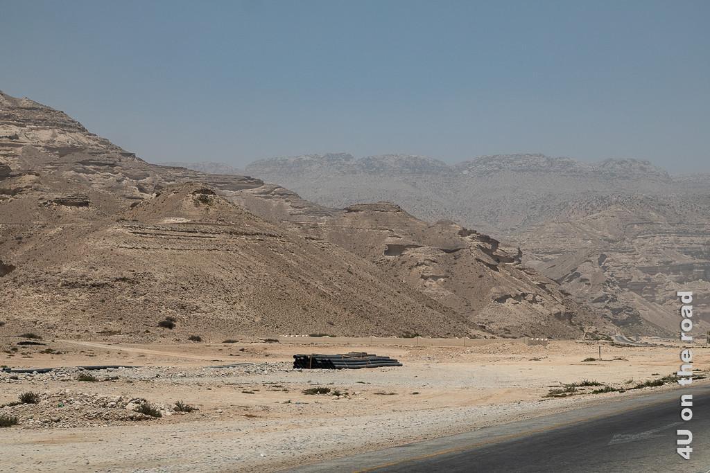 Bild Und wieder ändern sich die Felsen zeigt Felsen, die wie verfestigte Sanddünen mit einigigen Auswaschungen aussehen.
