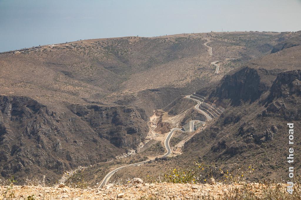 Bild Strasse nach Dhalkut zeigt von oben die sich entlang eines Canyons schlängelnde Strassenführung bevor sie die Talsohle durchquert