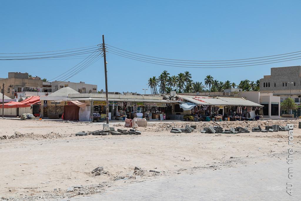 Weihrauch-Souk Salalah zeigt die Verkaufsstände umgeben von Häusern und Baustelle