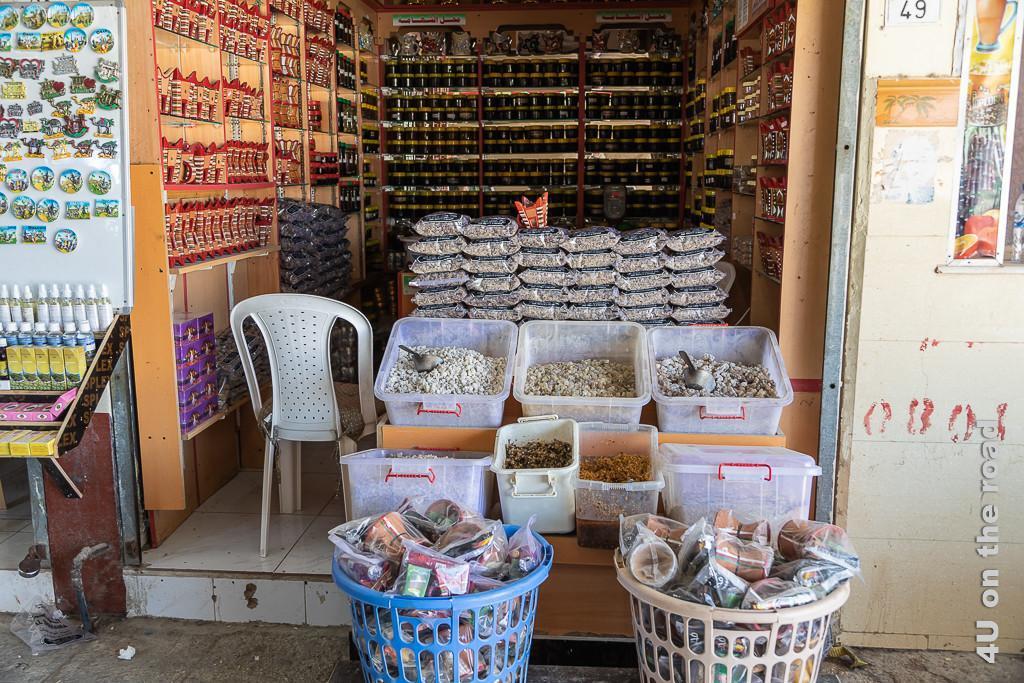 Bild Blick in einen Verkaufsstand auf dem Weihrauch-Souk zeigt losen und abgepackten Weihrauch und Weihrauchbrenner