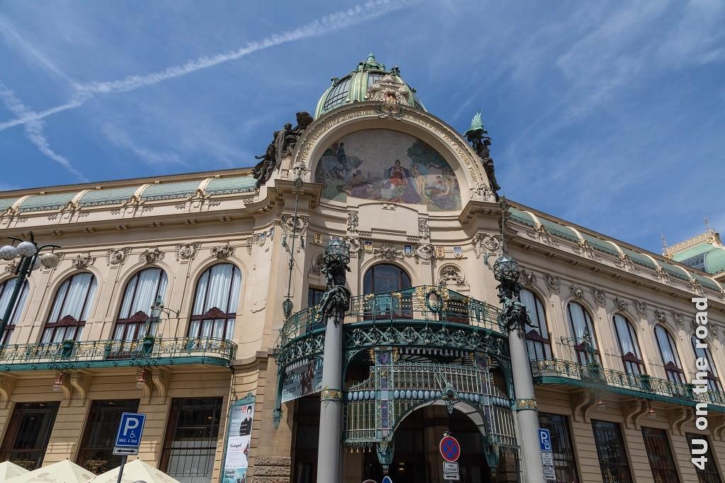Bild Gemeindehaus, Prag zeigt das Jugendstilhaus, welches das schönste Haus Prags sein soll. Leider verunstalten zahlreich Gebots- und Verbotsschilder der Prachtbau.