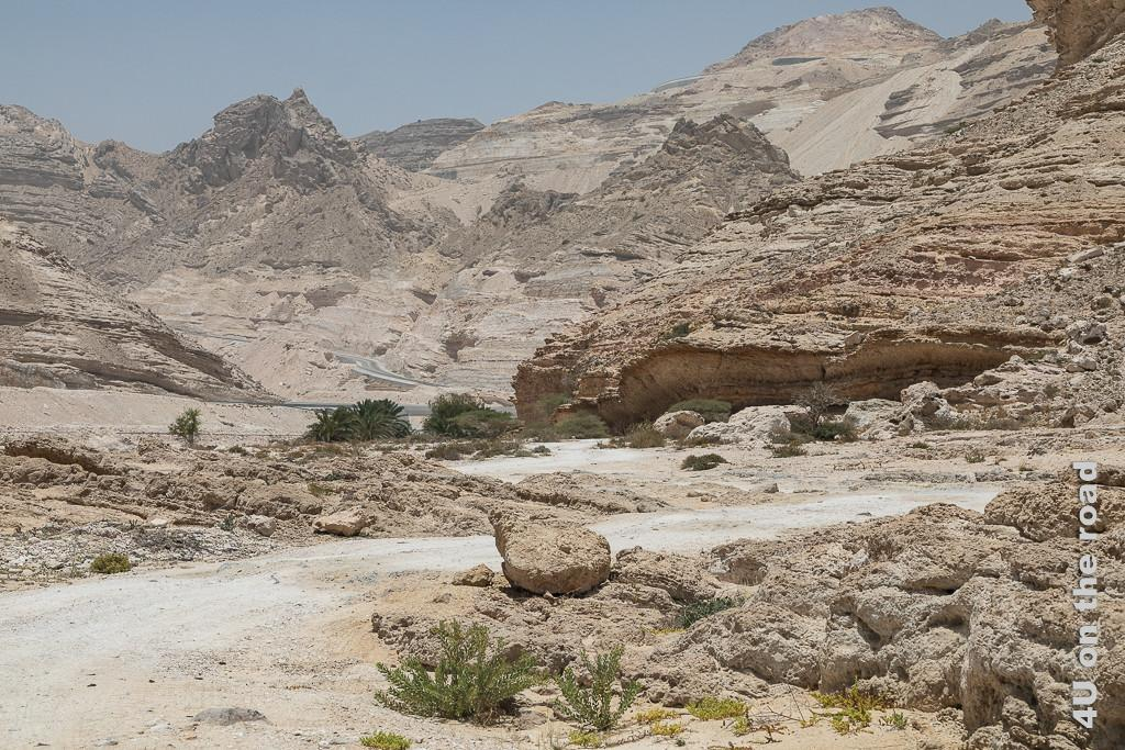 Bild Rückweg zur Strasse zeigt das Felsenmeer durch welches sich die Strasse schlängelt.