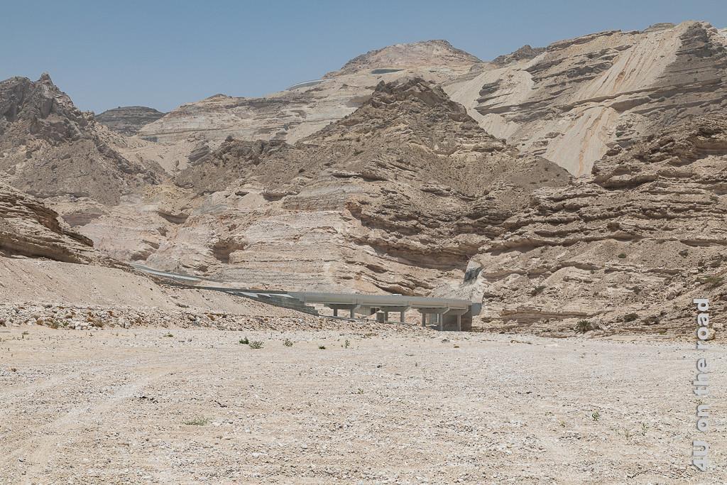 Bild Grosse Brücke über dem Wadi zeigt eine der seltenen Brücken, welche über das breite, zur Zeit trockene Wadi führt.