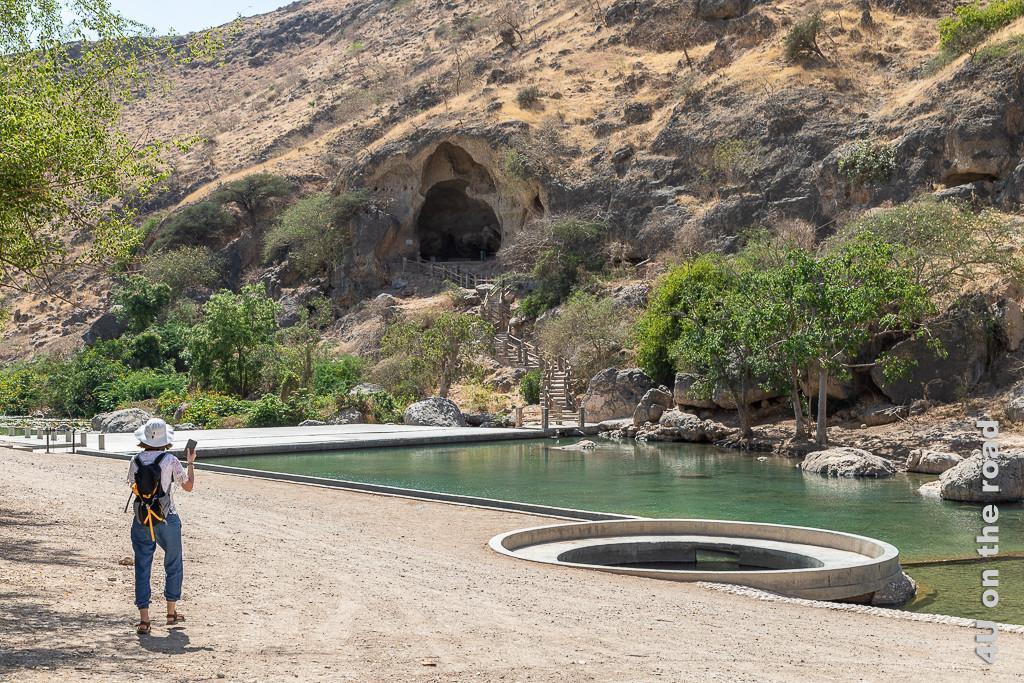Bild Ain Razat - Höhle und Falaj-System zeigt den Kanal, der Wasser vom Fluss abzweigt und den Aufgang zur Höhle