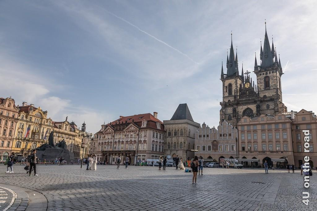 Bild Häuser am Altstädter Ring, Prag zeigt den grossen, noch relativ leeren Platz mit zwei Brautpaaren.