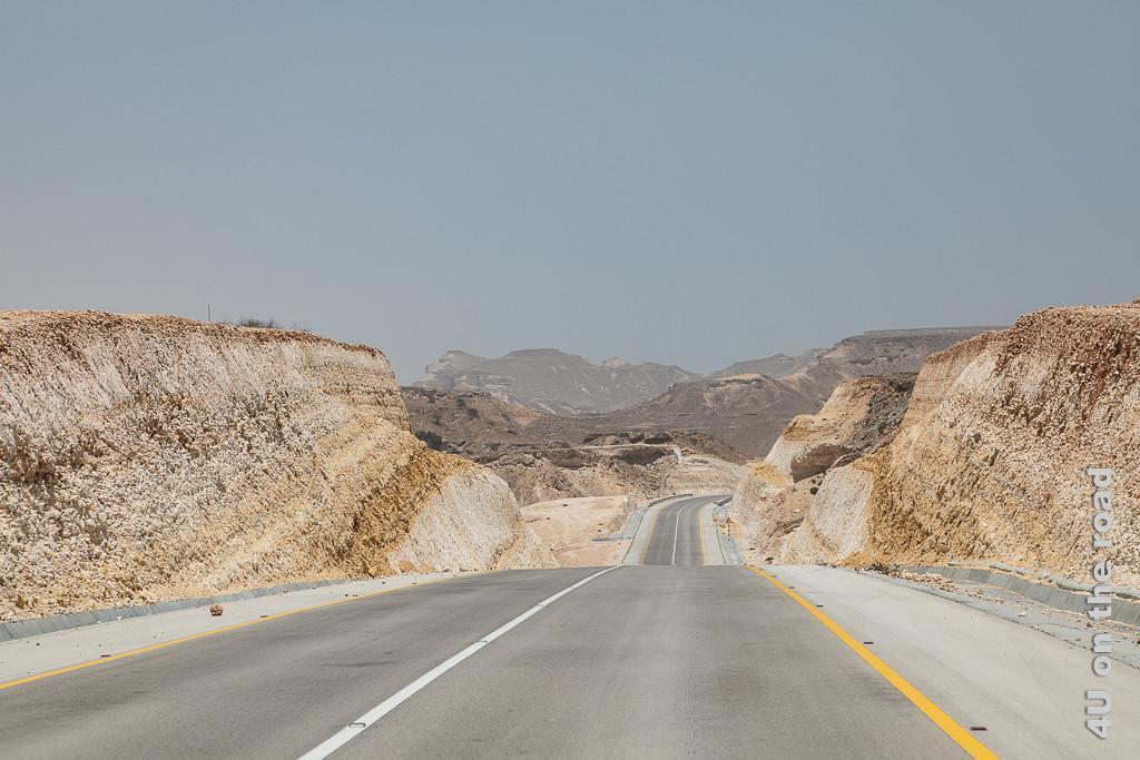 Das Hochplateau endet und die Strasse führt wieder in die Felswüste