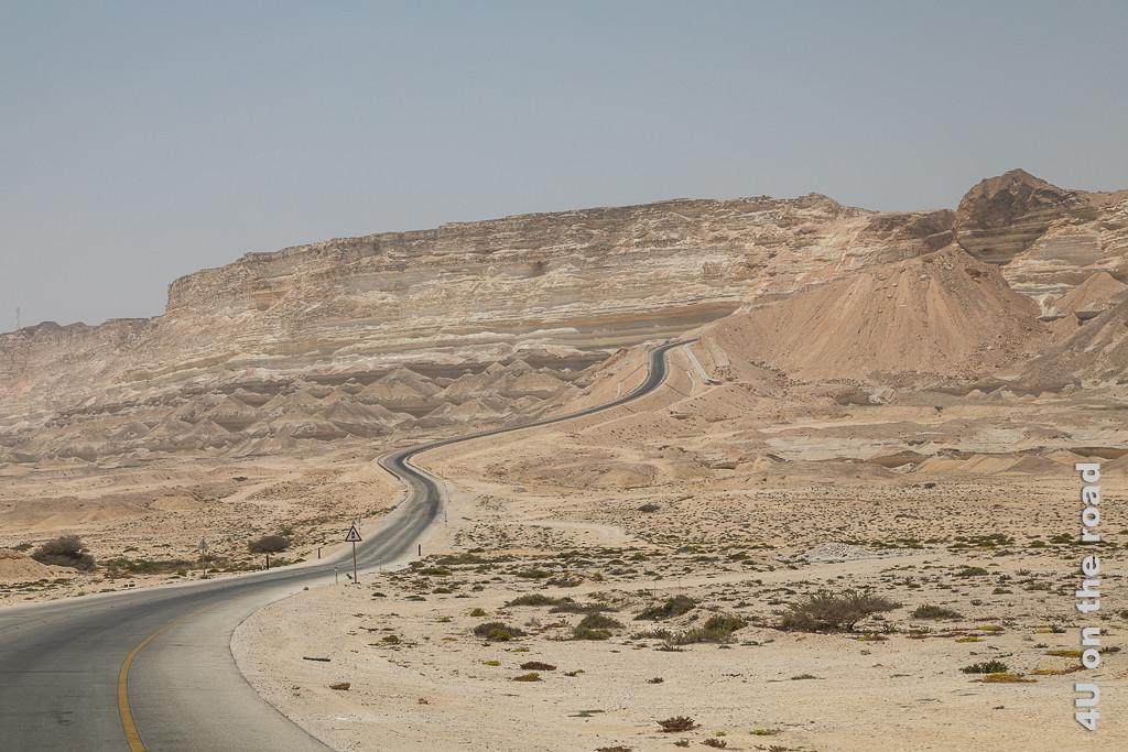 Bild Strasse sieht aus wie auf Sand gebaut, zeigt eine steil nach oben führende Strasse.