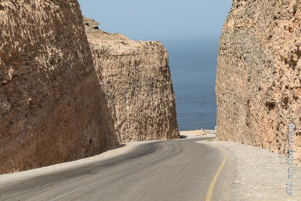 Bild Wasser voraus zeigt die Strasse, welche durch steile Felswände geführt wurde und scheinbar direkt ins Meer stürzt.