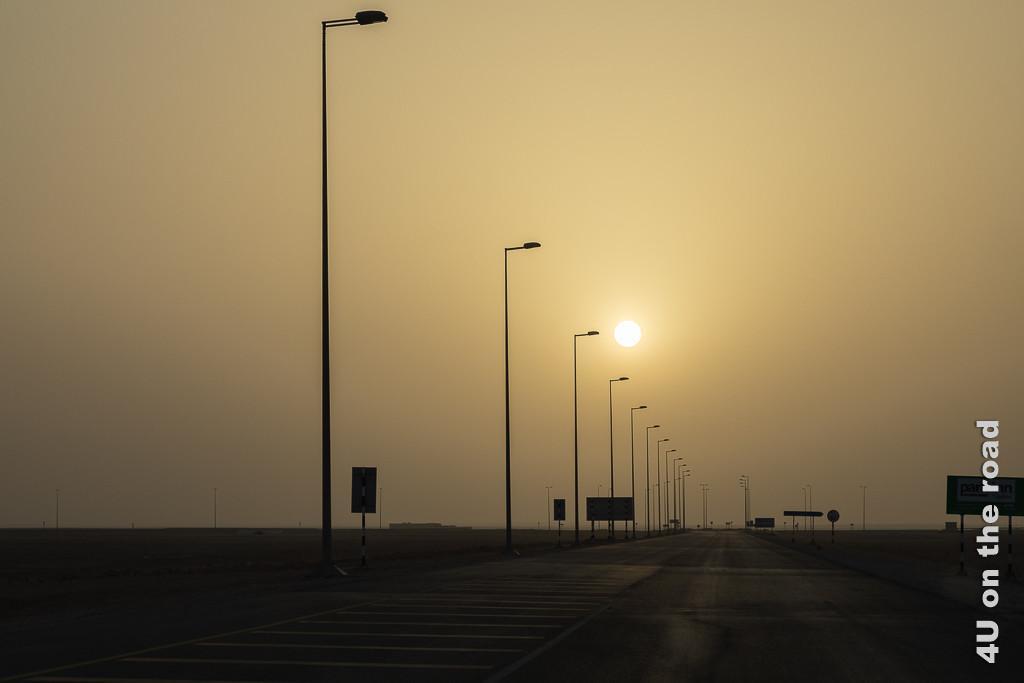 Bild Sonnenuntergang zeigt den Sonneball im Gegenlicht milchig verschwommen durch den Staub in der Luft.