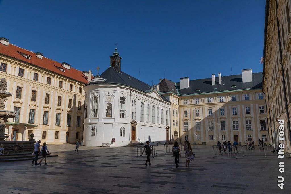 Bild Zweiter Burghof mit Heiligkreuzkapelle, Hradschin, Prag zeigt den Innenhof mit der ovalen Kapelle.