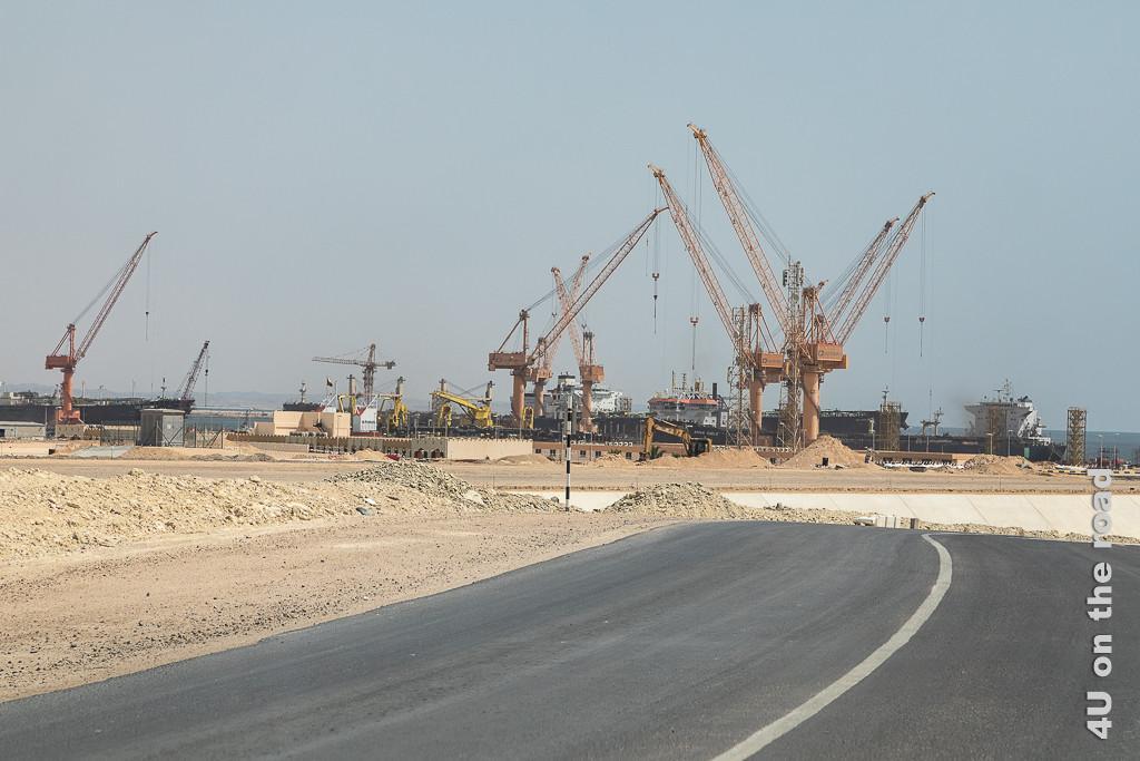 Bild Hafen von Duqm - Blick auf Schiffe und Kräne zeigt beides etwas mehr aus der Nähe