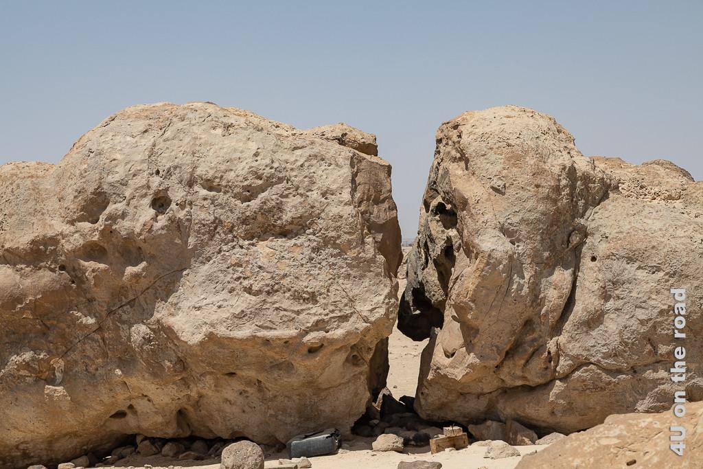 Rock Garden, Duqm - Stein in zwei Hälften Bild zeigt einen riesigen Stein, der auseinandergebrochen ist. Die eine Hälfte sieht aus wie das Gesicht eines Windhundes.