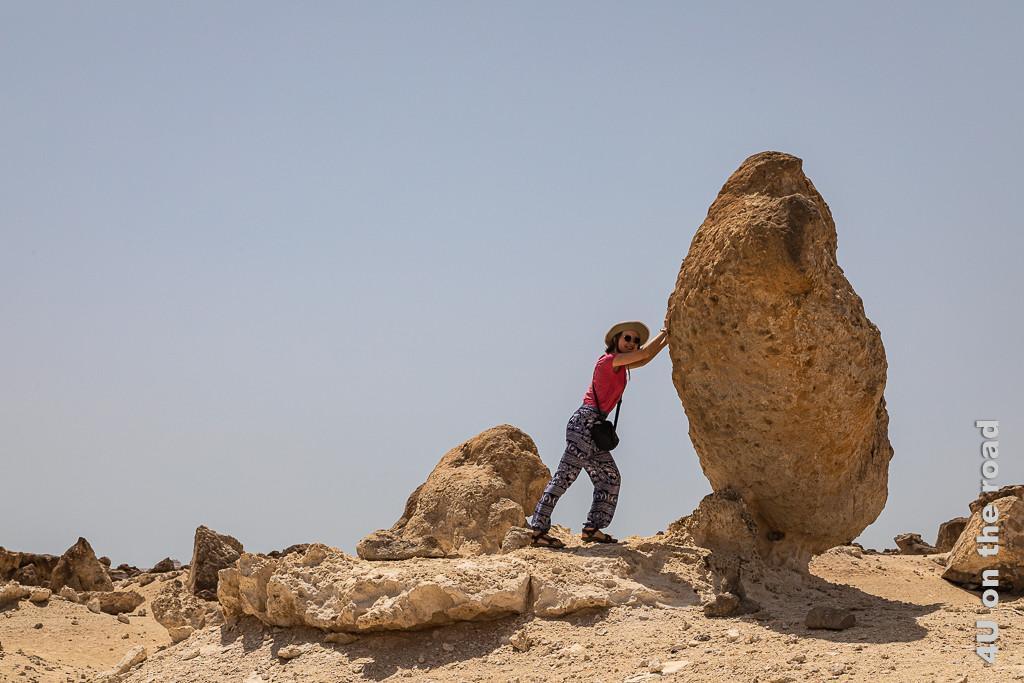 Rock Garden, Duqm - Junge Dame so stark Bild zeigt Gwendolyn, die scheinbar einen Felsen aufrichtet