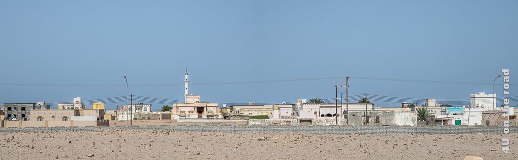 Ras al Hadd - Panorama. Bild zeigt Häuser und Moschee, des auf der anderen Strasse befindlichen Stadtteils
