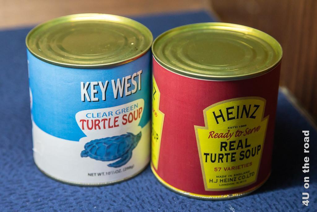 Schildkrötensuppe Dosen Bild zeigt zwei Dosen, welche Schildkrötensuppe enthalten, einmal von der Firma Key West und einmal von Heinz.
