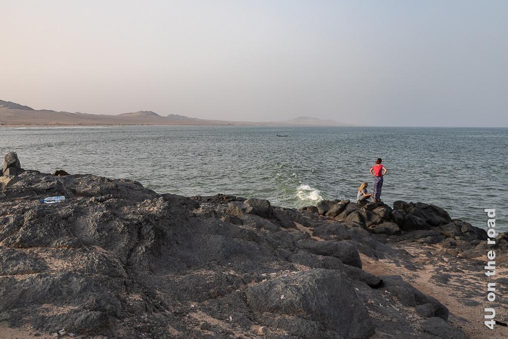 Saqla Resort - Warten auf das Abendessen. Bild zeigt die Mädchen auf den Felsklippen das Meer beobachtend