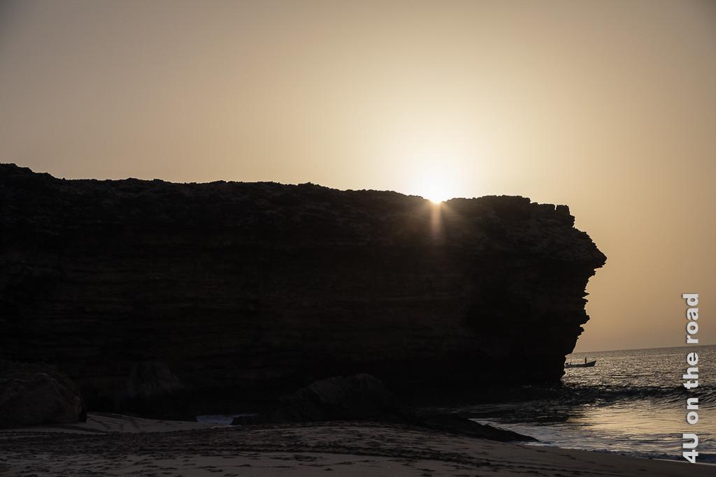 Ras al Jinz - Sonnenaufgang. Bild zeigt wie die Sonne über die Küstenklippe klettert.