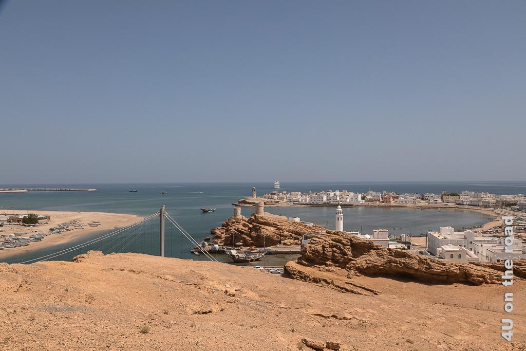 Die geschützte Bucht von Sur zeigt die Bucht von Sur mit ihren weissen Häusern, der Moschee, der alten Festungsanlage und den Spitzen der Hängebrücke