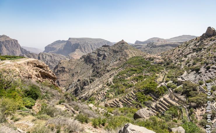 Terrassen am Jebel Al Akhdar zeigt die Bergwelt und die Terrassen und Bewässerungssysteme entlang einer Schlucht