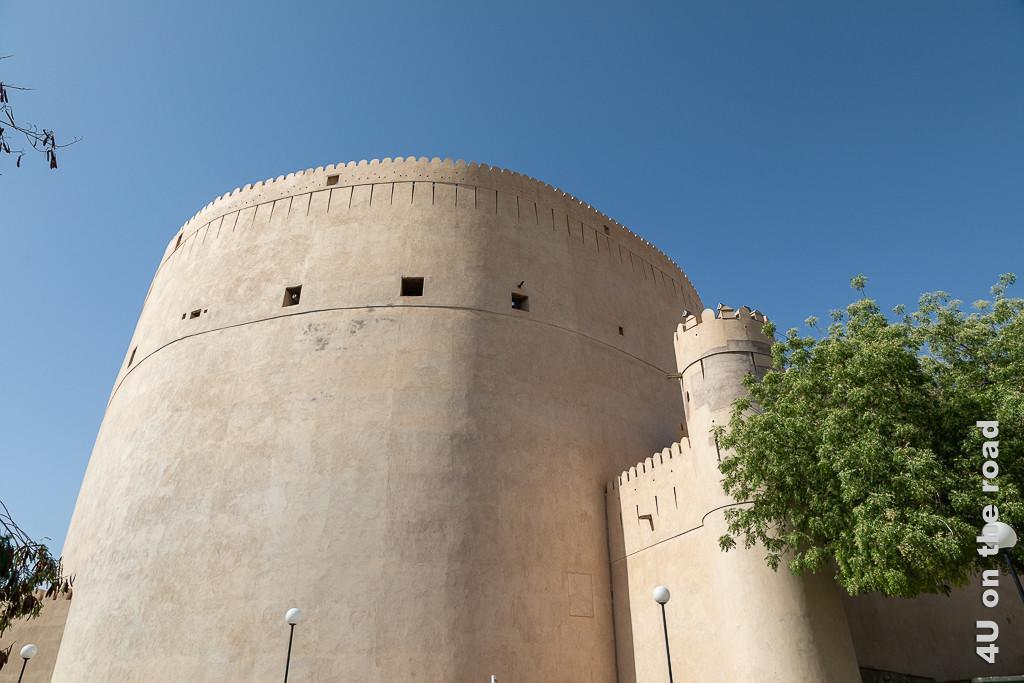 Kanonenturm der Festung Nizwa. Im Bild ist der Kanonenturm von der Strasse aus fotografiert, zu sehen.