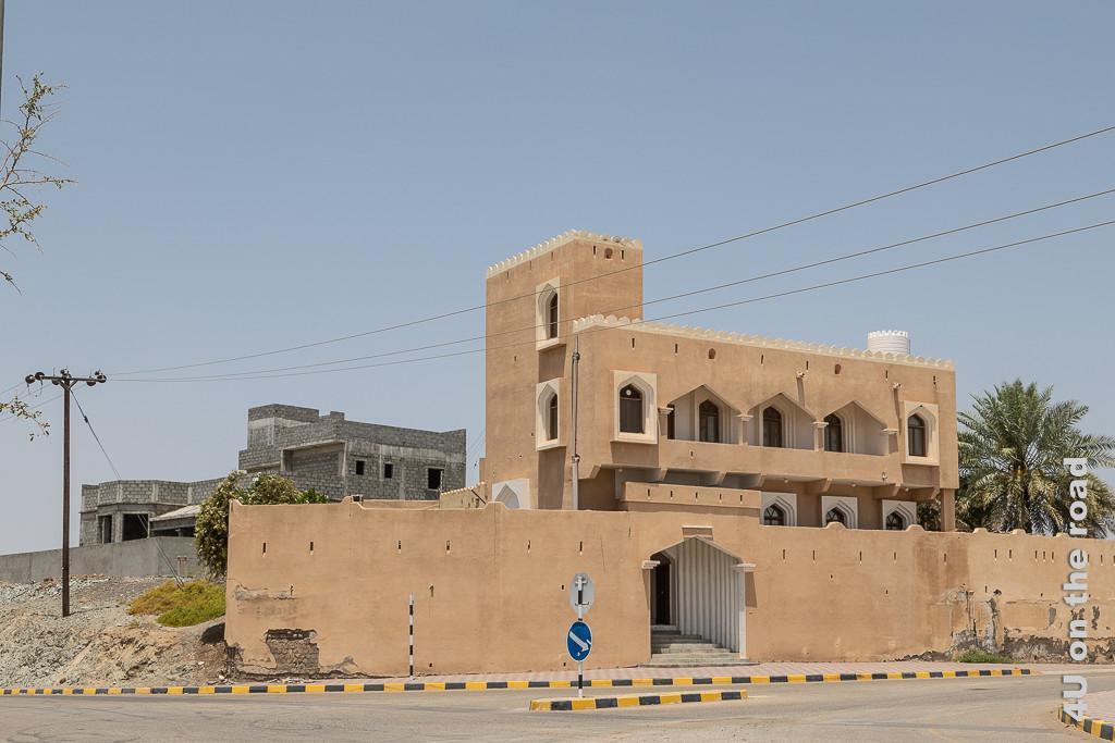 Al Mudayrib - jedes Haus ist bis heute eine kleine Festung. Das Bild zeigt ein Wohnhaus hinter dicken Mauern mit Zinnen.