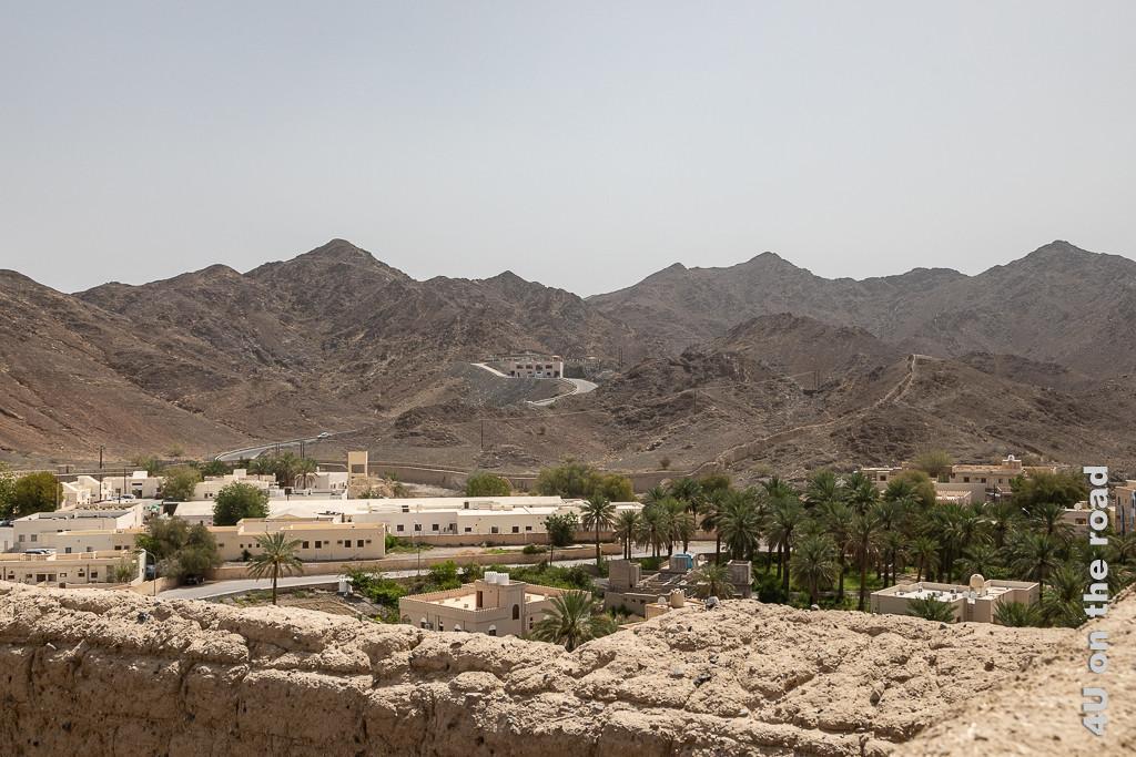 Blick von der Festung auf Reste der alten Stadtmauer, die sich die Berge entlang schlängelt und damit Erinnerungen an die chinesische Mauer aufkommen lässt.