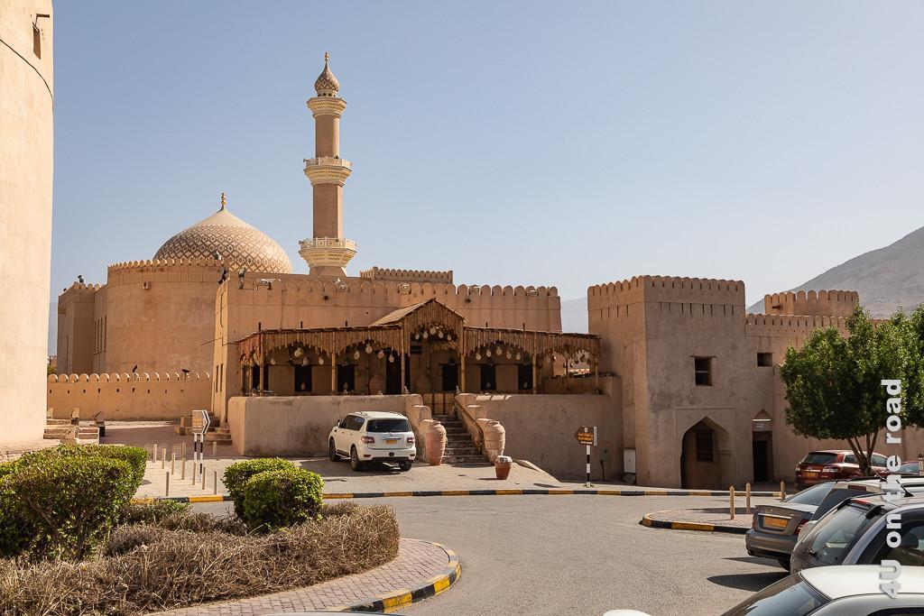 Nizwa Moschee und Geschäft vis-a-vis vom Kanonenturm
