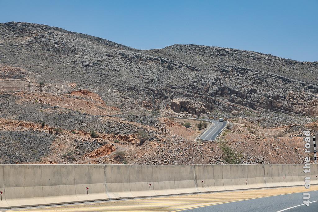 Strasse zum Saiq Plateau des Jebel Al Akhdar zeigt eine gut ausgebaute 3-spurige Strasse, die sich steil durch den Fels nach oben schlängelt.
