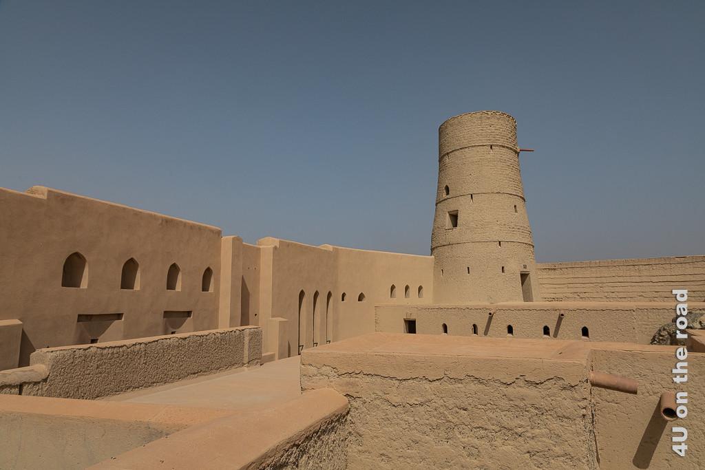 Im Inneren des Bahla Forts, zeigt Räume die sich oberhalb des Eingangs befinden mit einem Wachturm. Das Regenwasser wird durch Öffnungen am tiefsten Punkt eines Daches durch einen Regenspeier auf Sickersteine, die die Gebäude umgeben geleitet.