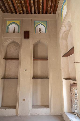 Regalnischen im Bahla Fort. Das Bild zeigt gotisch anmutende, geschätzt mindestens 3 m hohe gemauerte Vertiefungen in den Wänden, die durch Bretter zu Regalnischen werden