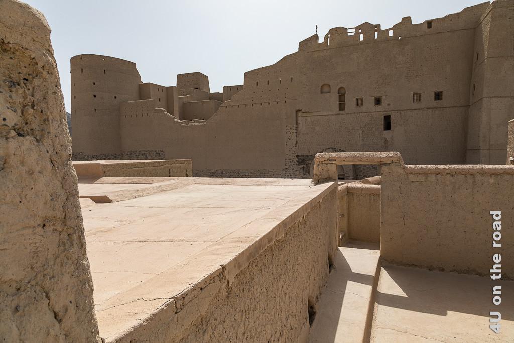 Bahla Fort - Das Fort wirkt nicht nur von aussen riesig. Im Bild sieht man den neusten Teil des Forts, eine Art Festung innerhalb der Festung. Die Räumlichkeiten selbst sind nur durch einen Eingang innerhalb einer hohen Mauer zu erreichen. Links sieht man weitere Wachtürme.