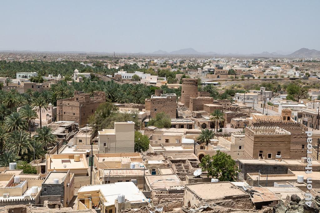 Al Muayrib mit dem städtischen Wachturm von oben gesehen. Dieses Bild zeigt Ruinen, moderne Wohnfestungen und zentral den Gebäudekomplex des städtischen Wachturms.