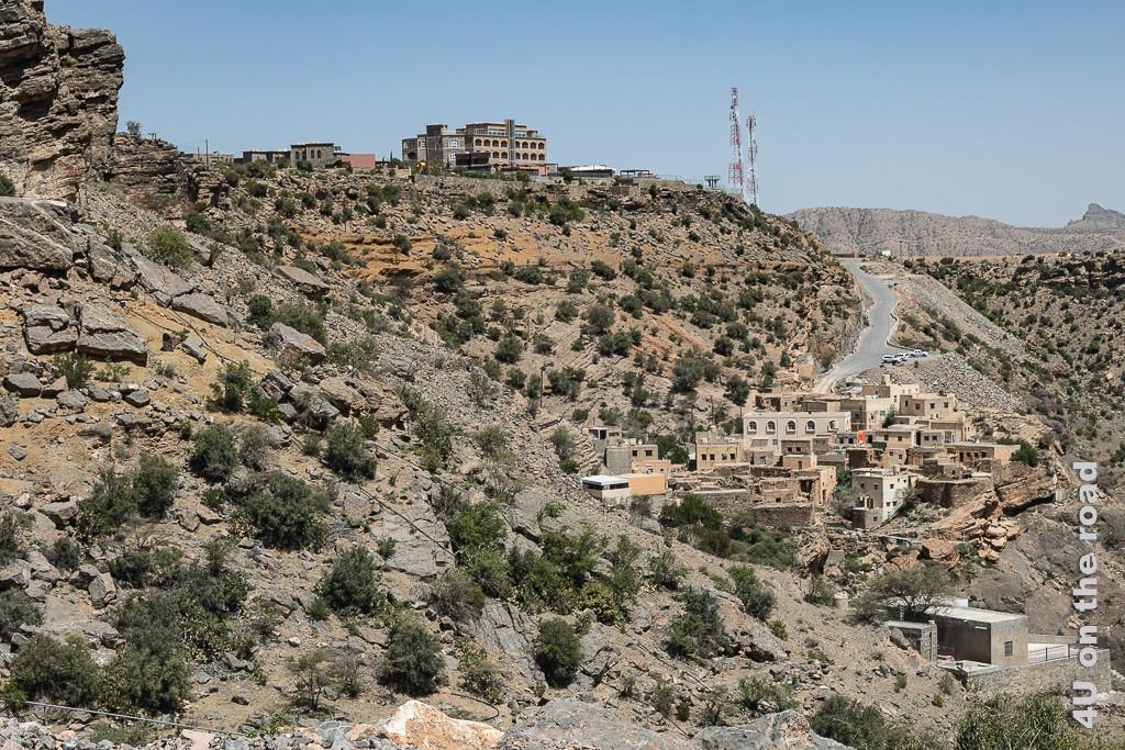 Überall kleben Häuser am Fels, die sich farblich in die Landschaft einfügen, d.h. die Farben sind in grau-, braun- und ocker-Tönen gehalten