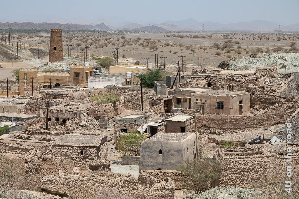 Al Mudayrib - Blick von oben auf einen ganzen verfallenen Ortsteil mit seinen Mauern und Häusern. Vor allem die Dächer, welche auf Holzbalken ruhten, sind eingestürzt, während die Mauern noch ganz gut stehen.
