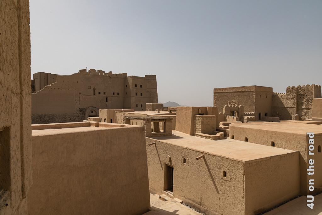 Bahla Fort - so viele Räume warten darauf, entdeckt zu werden Im Bild sieht man die flachen Gebäude, welche sich in der Mitte der Festung befinden.