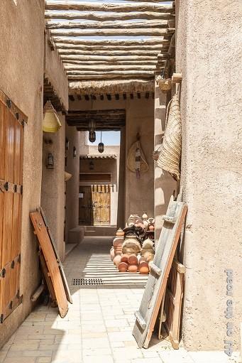 Bahla ist berühmt für seine Töpferwaren. Hier sieht man Gebrauchsgegenstände wie Amphoren und Behälter auf dem Boden gestapelt.