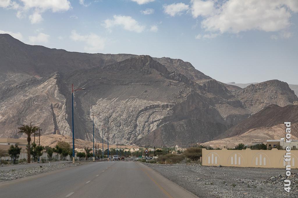 Schroff ragen die Berge kurz vor unserem Ziel vor uns auf. Dieses Bergmassiv hat auch nach unten verlaufende Kämme. Ein Teil des Berges sieht aus als wäre ein Teil der Felswand abgerutscht.