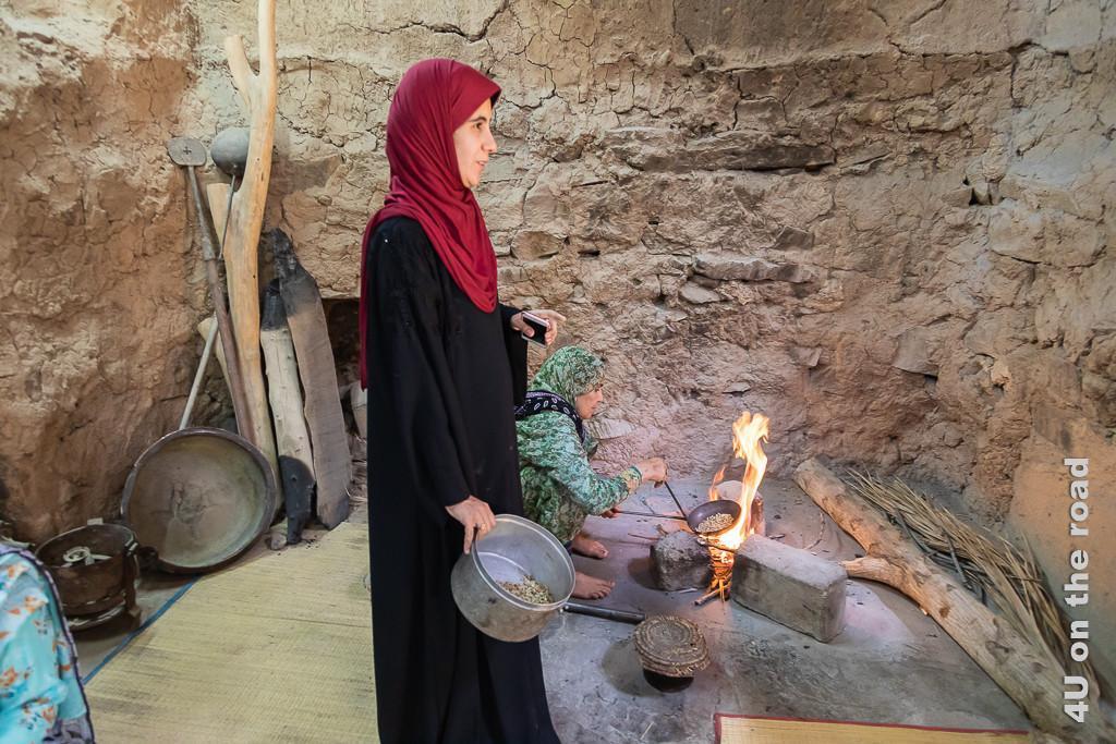 Im Museum Bait al Safah, Al Hamra - Die grünen Kaffeebohnen werden über offenem Feuer auf dem Fussboden geröstet.