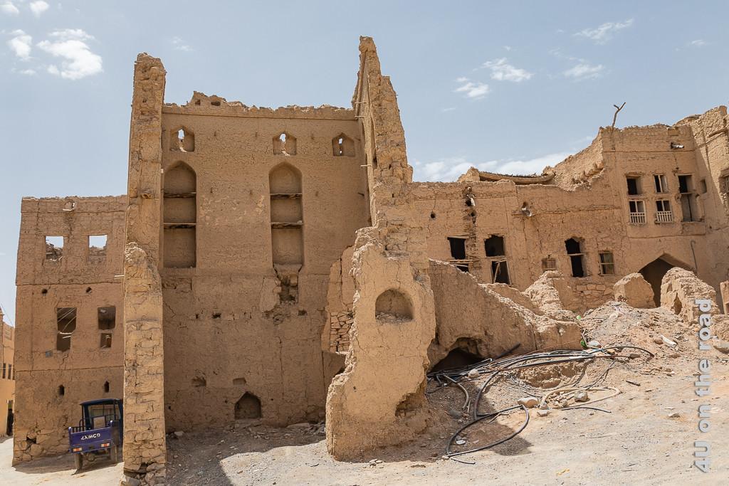 Lehmhausviertel in Al Hamra - schade, dass nichts gegen den Verfall der Häuser getan wird. Im Bild sieht man lauter Ruinen, teilweise fehlen nicht nur Dächer und Zwischendecken, sondern auch die Wände und geben so den Blick ins Innere frei.