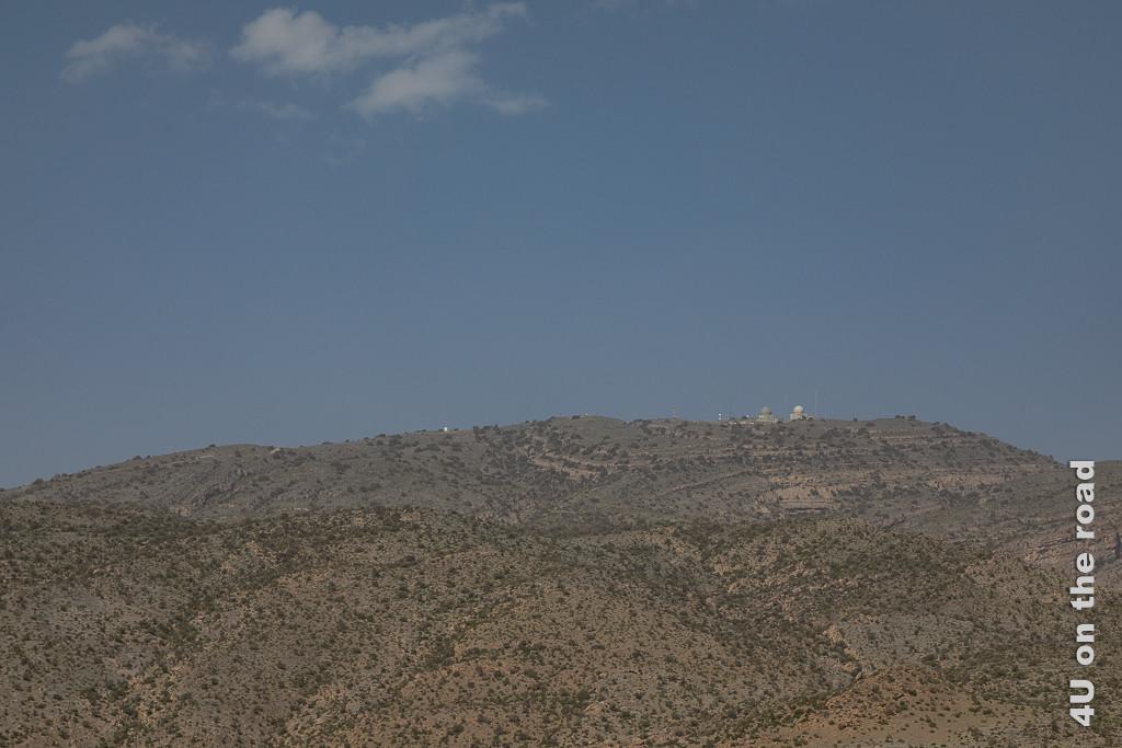 Der Jebel Shams mit seiner Radar Station ist ein wenig spektakuärer Berg wie ein Bergrücken. Man sieht die Kuppeln von zwei Radarstationen.