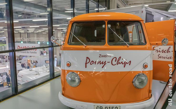 Caravan Salon 2019 - im Bild ein uralter VW Bus mit getrennter Frontscheibe - Auslieferwagen für Chips der Firma Zweifel