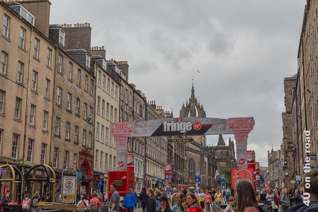 Edinburgh - Royal Mile mit Eingang zum Fringe Festival und jeder Menge Menschen