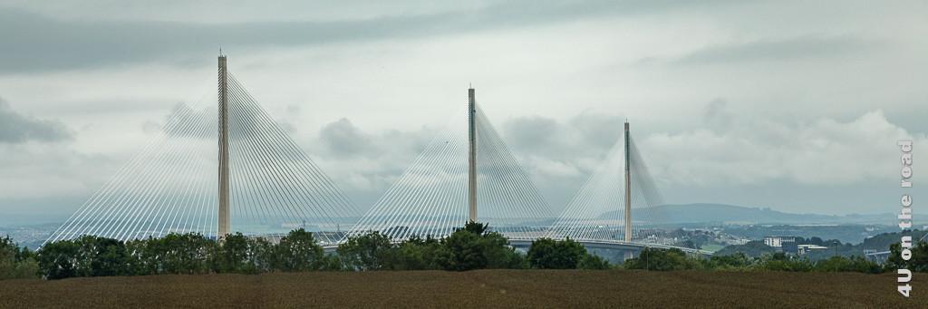 Queensferry Crossing Bridge über den Firth of Forth - im Bild ist die Brücke von der Seite mit allen 3 Pfeilern und ihren Seilen zu sehen.