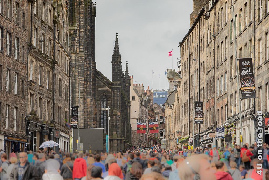 Auf dem Weg zum Edinburgh Castle. Menschen schieben sich durch die Strasse.
