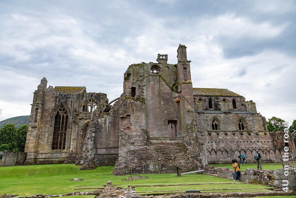 Melrose Abbey, Zisterzienser Klosterruine von der Seite. Im Bild sieht man sehr schön die unterschiedlichen Bauepochen und verwendeten Materialien