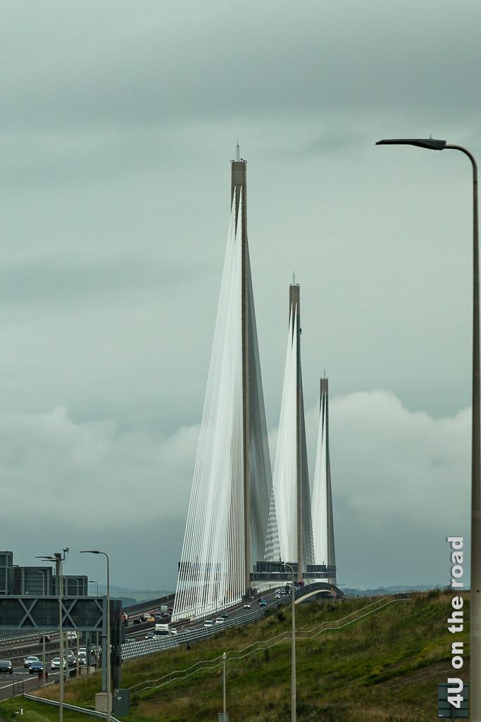 Queensferry Crossing Bridge über den Firth of Forth - im Bild ist die Brücke schräg von vorn, kurz vor der Auffahrt mit allen 3 Pfeilern und ihren Seilen zu sehen.