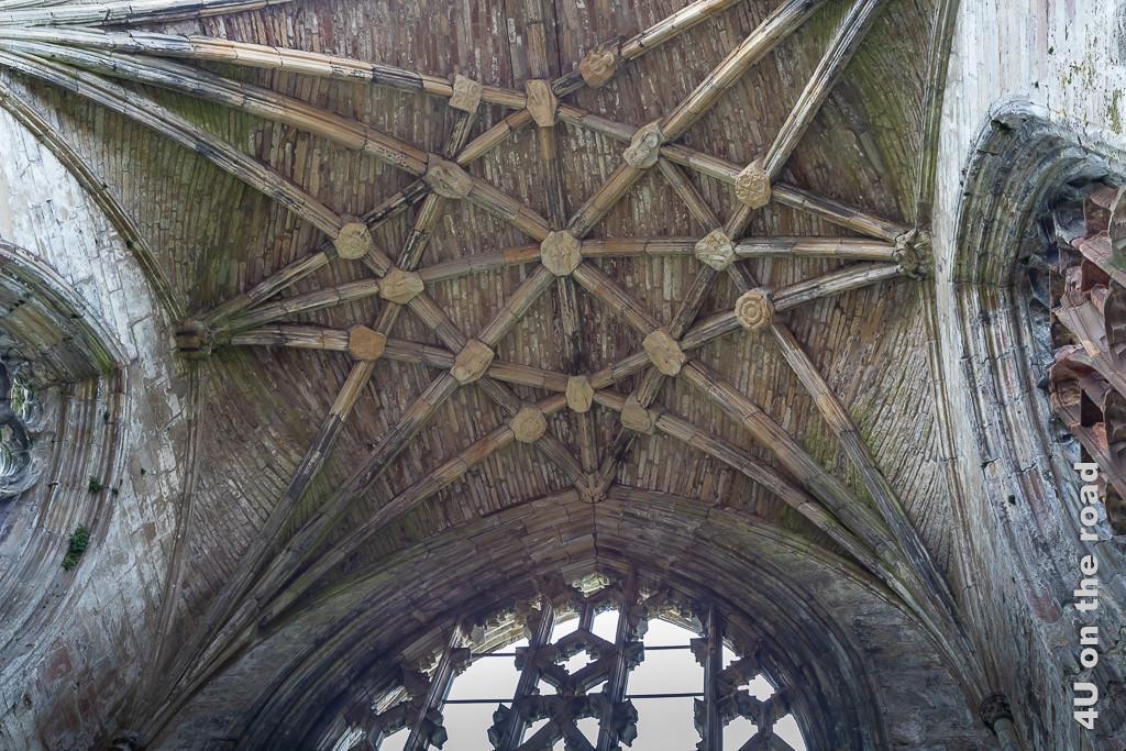 Melrose Abbey - Presbyterium Decke des Kloster Melrose. Die Decke ist mit einem Muster aus Rippen und Bögen geschmückt. An den Knotenpunkten sitzen Heiligen, Engel und die heiligen Dreifaltigkeit.