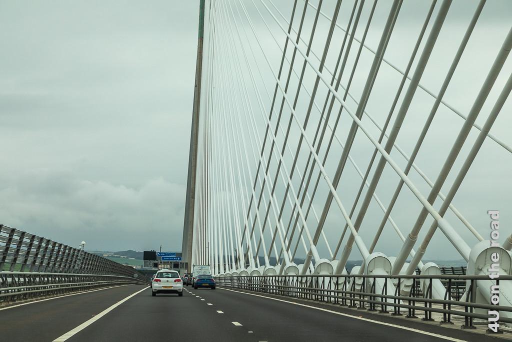 Queensferry Crossing Bridge über den Firth of Forth - auf der Brücke, rechts die Stahlseilverankerung im Bild