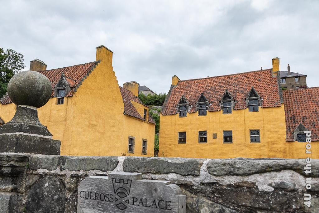 Culross - Palace, zu sehen ist ein Teil der ockerfarbenen Gebäude des Anwesens