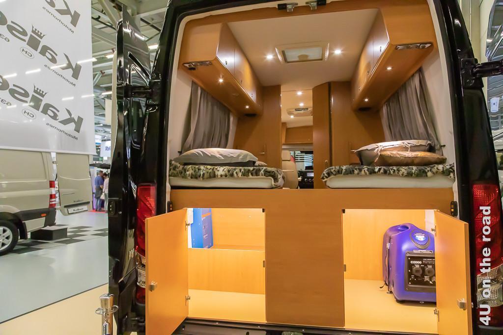 Mercedes Sprinter Ausbau zum halb autarken Wohnmobil mit zwei getrennten Betten hinten auf dem Suisse Caravan Salon